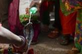 ریختن شیر روی سر مار در جشنواره سنتی در هند