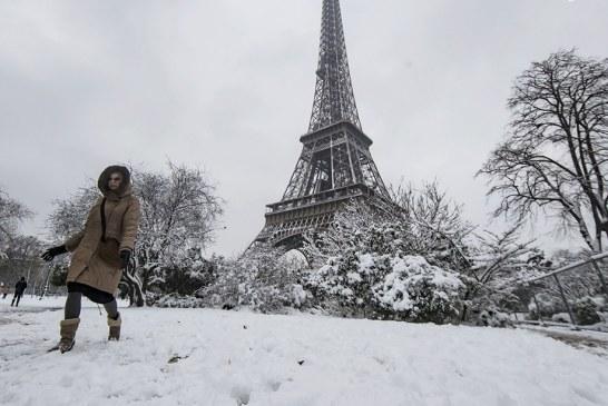 تصاویر/ بارش برف در برج ایفل