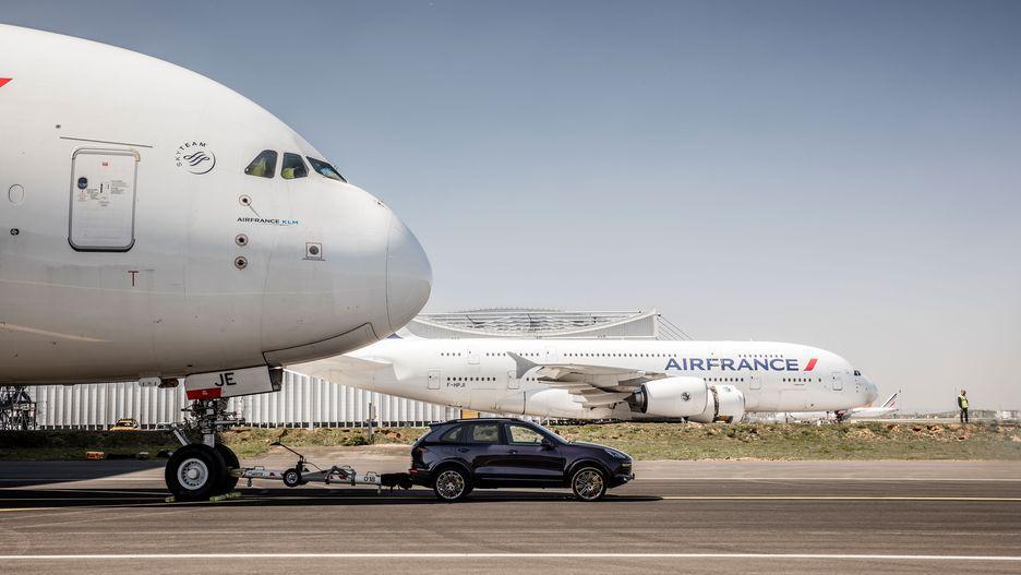 کشیدن بوئینگ 130 تنی توسط خودروی برقی تسلا + تصویر