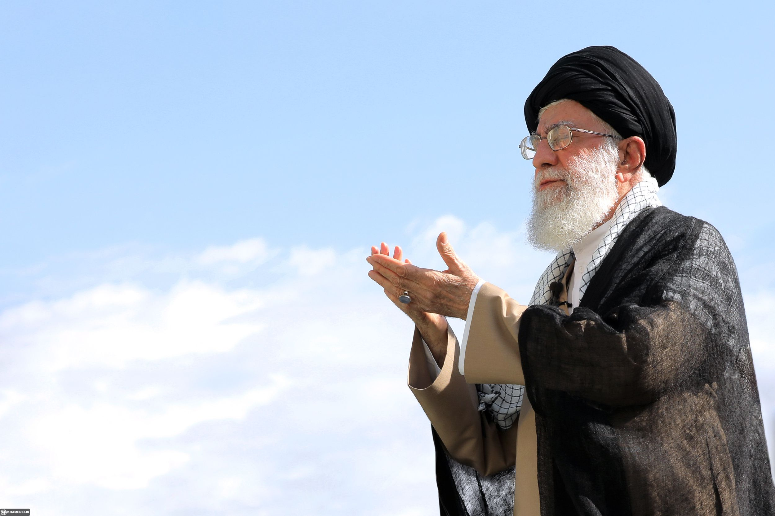 رهبر انقلاب بر پیکر آیتالله هاشمی شاهرودی نماز اقامه میکنند