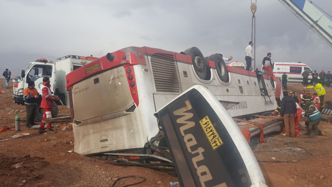 اتوبوس تهران - مشهد در جاده آرادان واژگون شد
