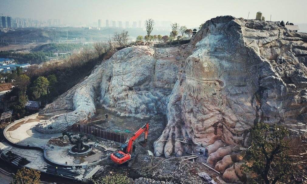 تراشیدن یک شیر سنگی از سنگهای کوه + تصویر