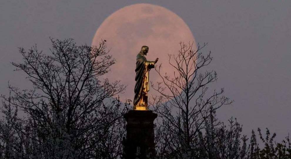 اولین پدیده ابر ماه صورتی در سال ۲۰۲۰