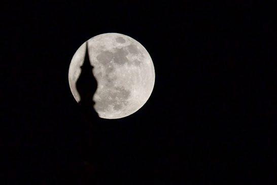 مشاهده اولین و بزرگترین اَبرماه سال ۹۹ در شامگاه امشب