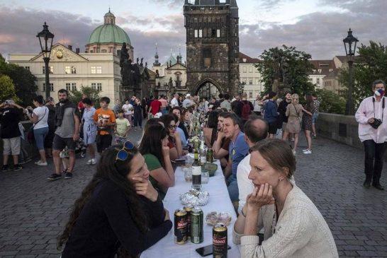 جشن خیابانی پایان کرونا در جمهوری چک + تصویر
