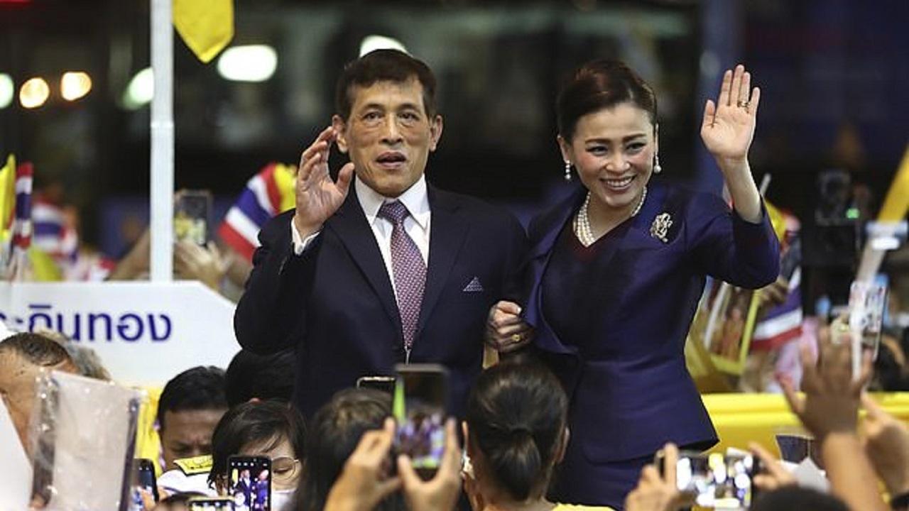 جارو کشی پادشاه تایلند و معشوقه جنجالی اش در زندان! + تصویر