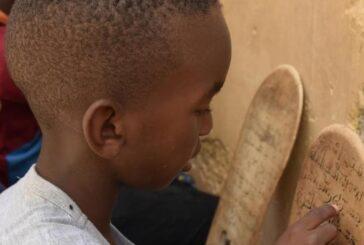 کودکانی که با تخته چوبی حافظ قرآن میشوند + تصویر